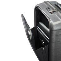 Equipée d'une poche frontale conçue pour accéder immédiatement aux documents de voyage et affaires professionnelles